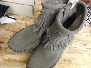 ミネトンカ グレー ブーツ